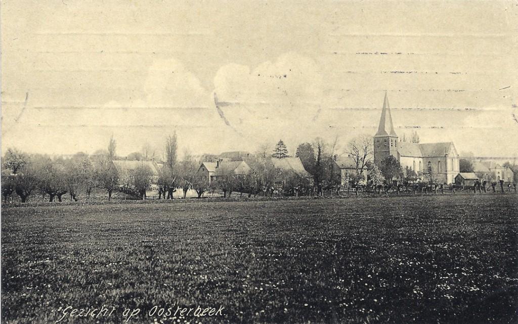 """We lopen het Kerkpad westwaarts en krijgen vanuit de uiterwaard het bovenstaande beeld. Geheel rechts het in 1883 opgeleverde kerkgebouw aan de Benedendorpsweg, oostelijk van de Oude Kerk. Links van de kerk het """"Rose Huis"""", Kerkpad 2 dat in 1864  werd gebouwd."""