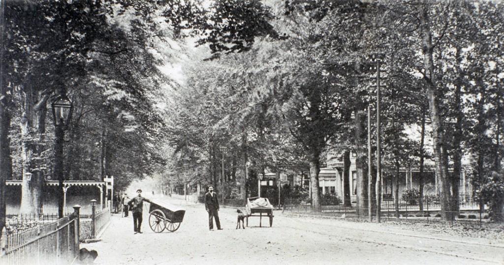 """Het kruispunt Stationsweg/ Pietersbergseweg/ Utrechtseweg met links het hek van """"Schoonoord"""", rechts dat van """"Vreewijk"""" en rechts op de achtergrond de villa """"Quatre Bras"""" (bouwjaar 1883)."""
