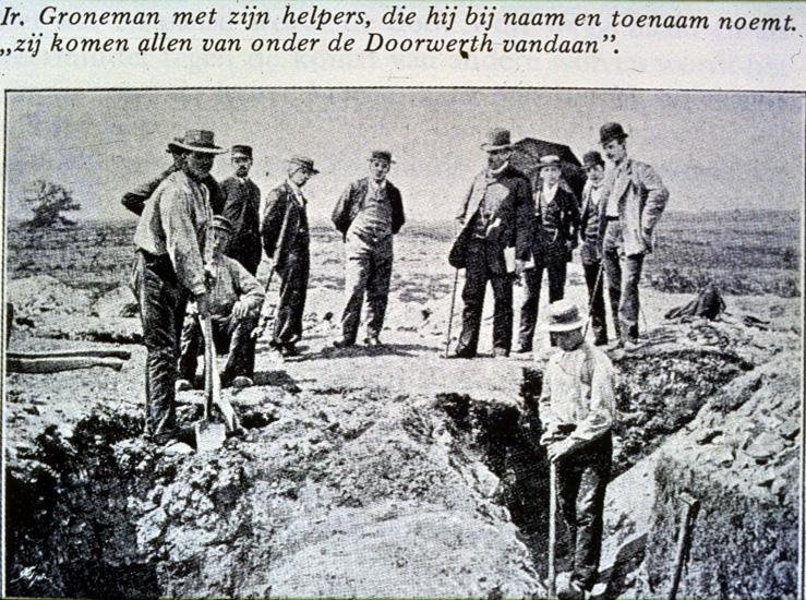 Groneman, staande met wandelstok vierde van rechts, temidden van zijn werknemers.