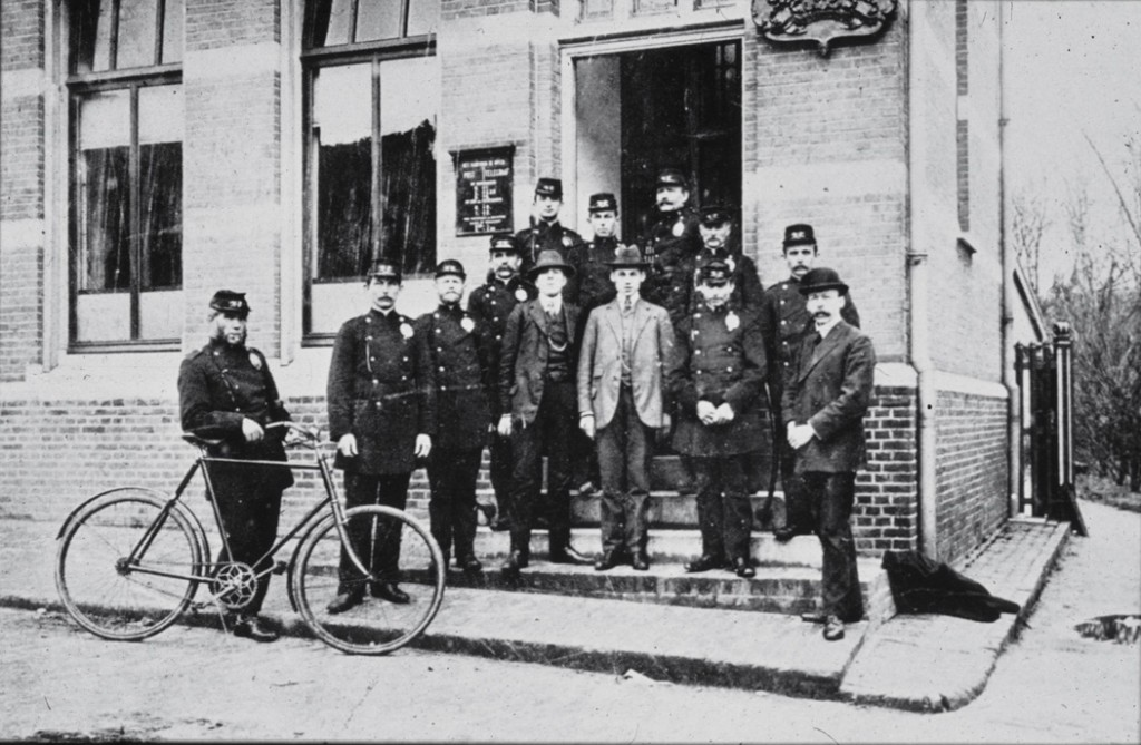 Het voltallig personeel van het nieuwe postkantoor op de stoep aan de Annastraat. Rechts een deel van het Postpad.
