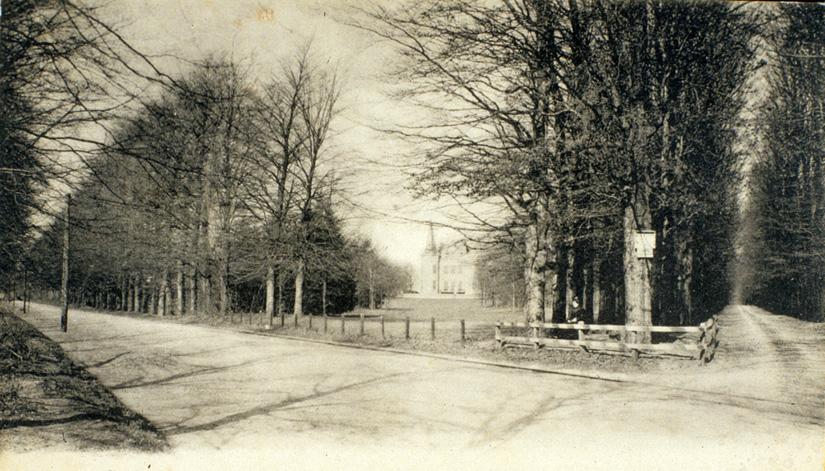 """De Utrechtseweg aan het begin van de twintigste eeuw met rechts het huis de """"Sonnenberg"""" en de oprijlaan naar het huis, thans de Sonnenberglaan."""