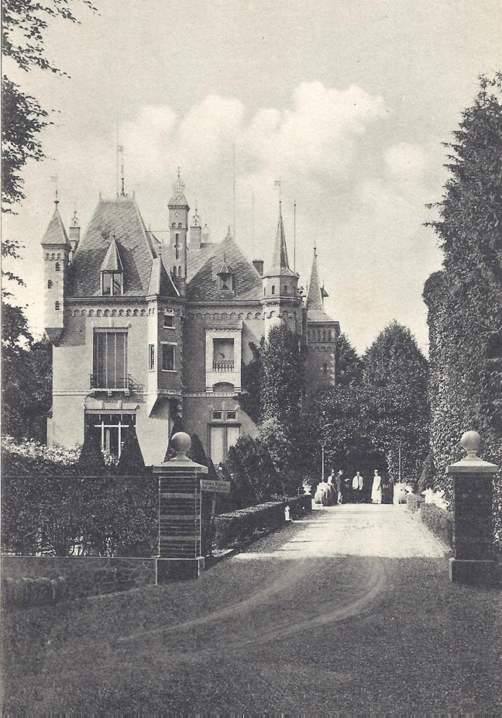 """De oostzijde van het huis de """"Sonnenberg"""" met de toegangspoort en het pad naar het huis voert"""