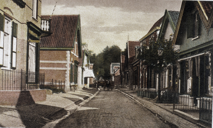 In het pand geheel links had W. Meijer zijn boekhandel. Het werd in 1906 door de aannemer De Geest in opdracht vaan de boekhandelaar gebouwd (huidige nummering 55). Het pand rechts van nummer 55 staat er nog steeds. Het meest rechtse pand op de foto staat er ook nog (Weverstraat 34) maar de daarvoor staande zijn vervangen door nieuwbouw. Het huis met de dakkapel wordt nu in tweeën bewoond (26/28). Daarachter een pand dat enige jaren geleden werd gerestaureerd en waarin nu het Cultuur- en Ontmoetingscentrum Oosterbeek zit.