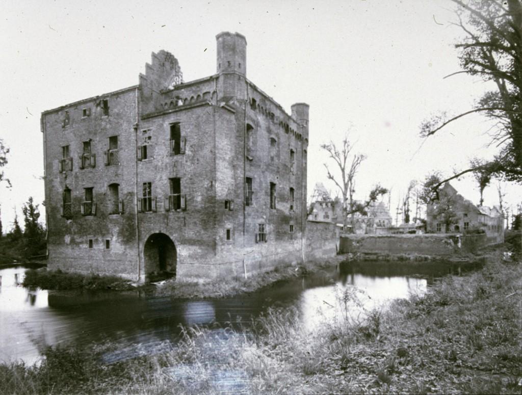 kasteel Doorwerth kort na WOII tijdens de op gang gekomen renovatie.
