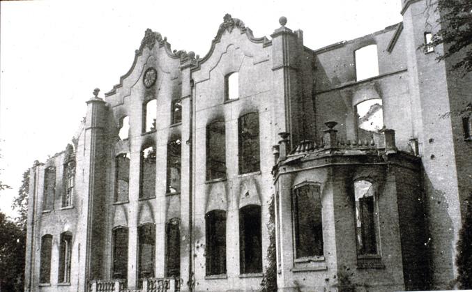 De restanten van het derde huis Hemelse Berg na beschieting door de Duitsers en de daarna volgende brand.