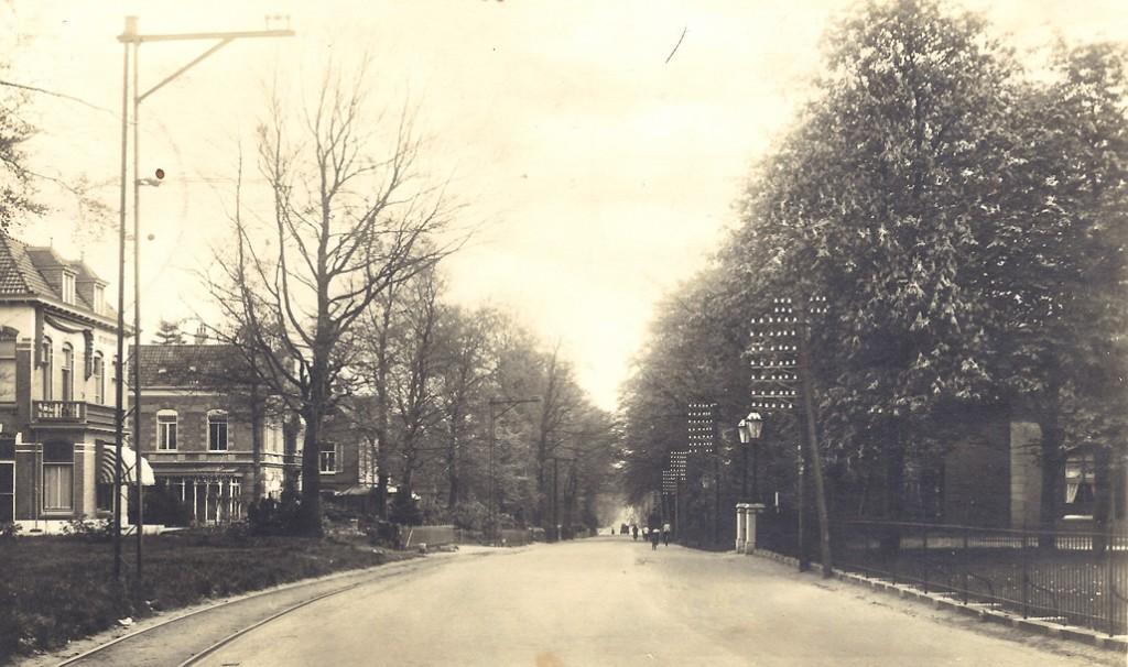 """Rechts een deel van de villa """"Westerpark""""."""