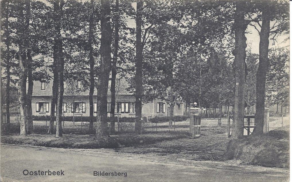 De boswachterswoning met garage nabij de ingang van het hotel voor WOII.