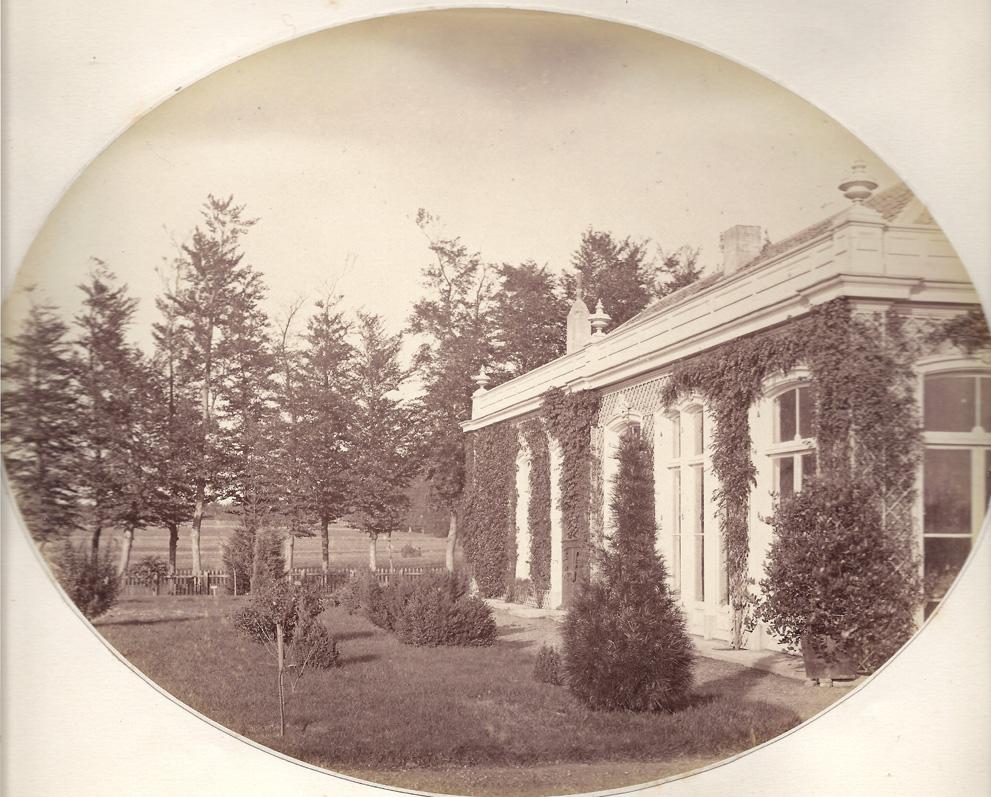 """De oranjerie van huize """"Valkenburg, waarin de schilderes Anna Henriette Wolterbeek in de tweede helft van de negentiende eeuw haar zomeratelier had."""