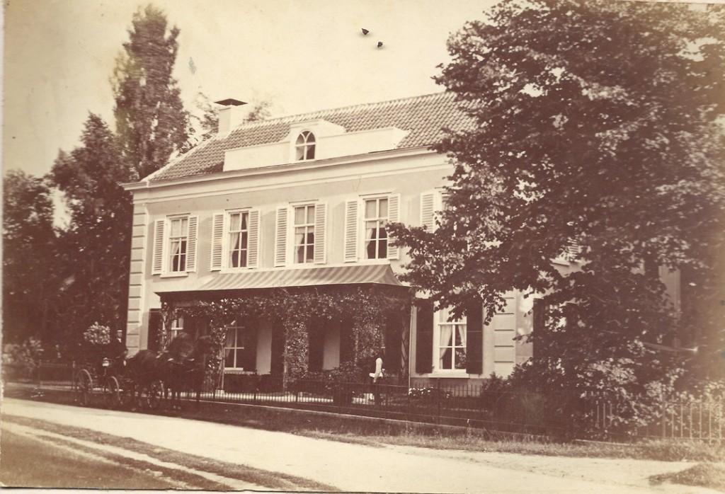 """De villa""""Valkenburg""""op de oosthoek van de Van Borsselenweg/ Utrechtseweg"""