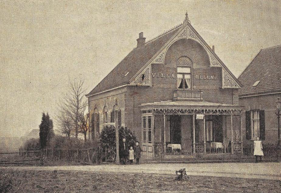"""Het pension van R. H. J. Morra in """"Villa Helena"""" aan de Emmastaat 58, gebouwd in 1890. Morra vestigde zich in 1906 als pensionhouder aan de Utrechtseweg maar streek in 1907 neer aan wat toen nog de """"Weg naar Station Laag"""" heette."""