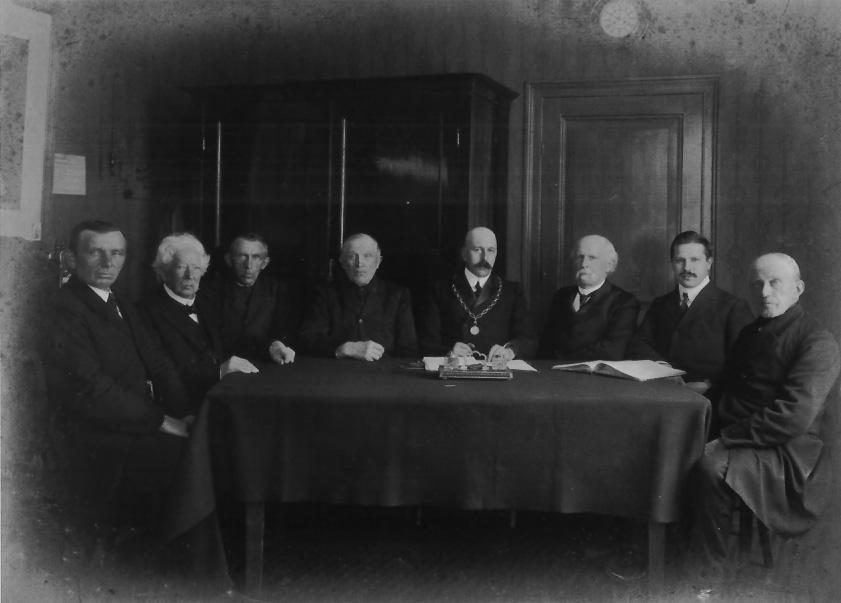 Gemeenteraad Doorwerth met burgemeester Wttewaal van Stoetwegen , baron Van Brakell (tweede van links) en geheel rechts de papierfabrikant Schut.