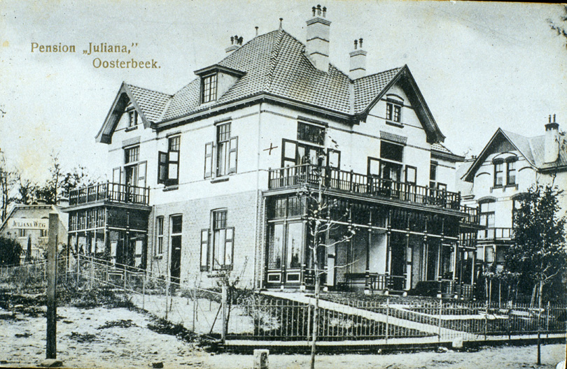 Pension Juliana met rechts ervan nog gedeeltelijk zichtbaar de villa Rozande, kort, in 1917, ouderlijke woning van Mauk Escher