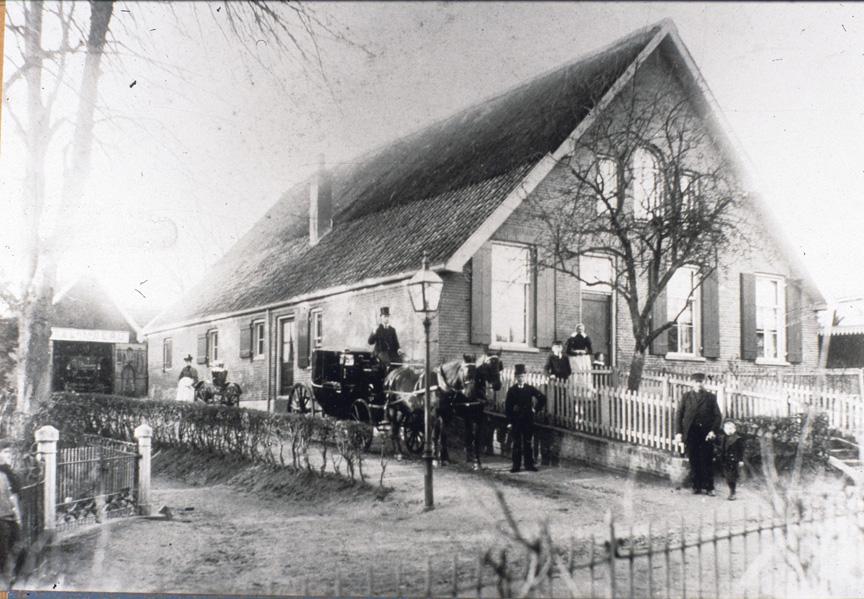 """De stalhoderij van Ploeg met links ervan het """"paadje van Maut"""" en de toegangspalen tot de villa van de familie Van Delden."""
