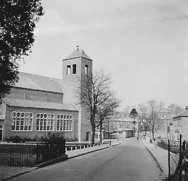 De na WOII gebouwde derde gereformeerde kerk aan de Van Toulon van der Koogweg. Op de achtergrond de noodwinkels op het Plein 1946.