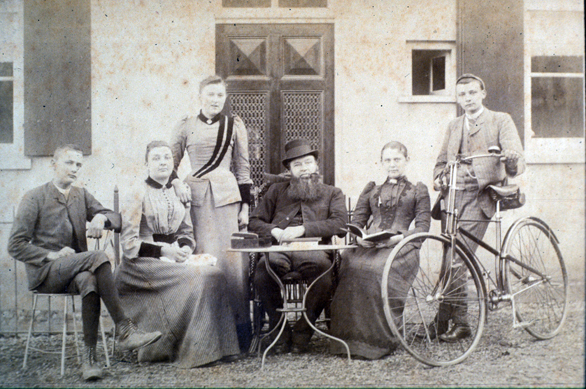 De familie Van Ewijk voor de dienstwoning van OLS I. v.l.n.r. Bart, Sophia, Theodora, Aart, echtgenote Hendrina van Ingen en Jan (rond 1885)