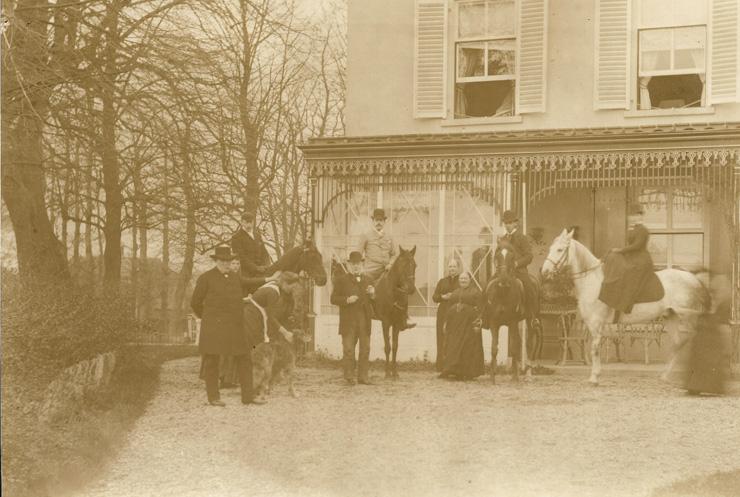 """De familie Wolterbeek te paard achter huis """"Valkenburg"""". Op de achtergrond de contouren van """"De koude Herberg"""""""