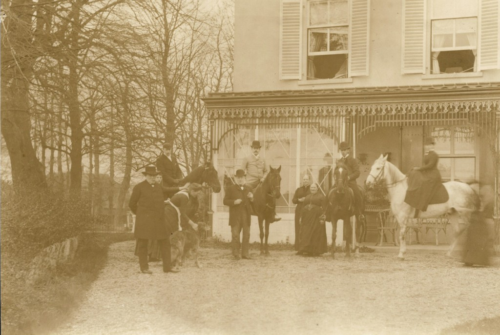 """Paardrijden op """"Valkenburg"""""""". Staande links Joan Leonard"""