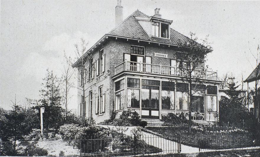 """Pension """"Sonnehoeck aan de Grindweg. Het behoorde, vanaf 1920, toe aan H. A. Gaasbeek die aanvankelijk een pension dreef aan de Kerkhofweg. (Fangmanweg)"""