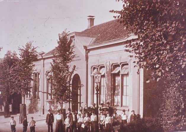 De Paasbergschool in 1906 met enige leerlingen en onderwijzend personeel. Voor de ingang, met bolhoed, Jan Voorink.