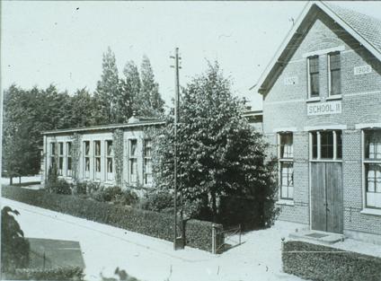 De Wilhelminaschool, School II genoemd, aan de Wilhelminastrraat te Oosterbeek