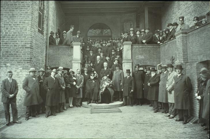 In 1919 kwam een groot gezelschap bijween op de binnenplaats van het kasteel t.g.v. de oplevering. In het midden, pontificaal gezeten, het echtpaar Hoefer.