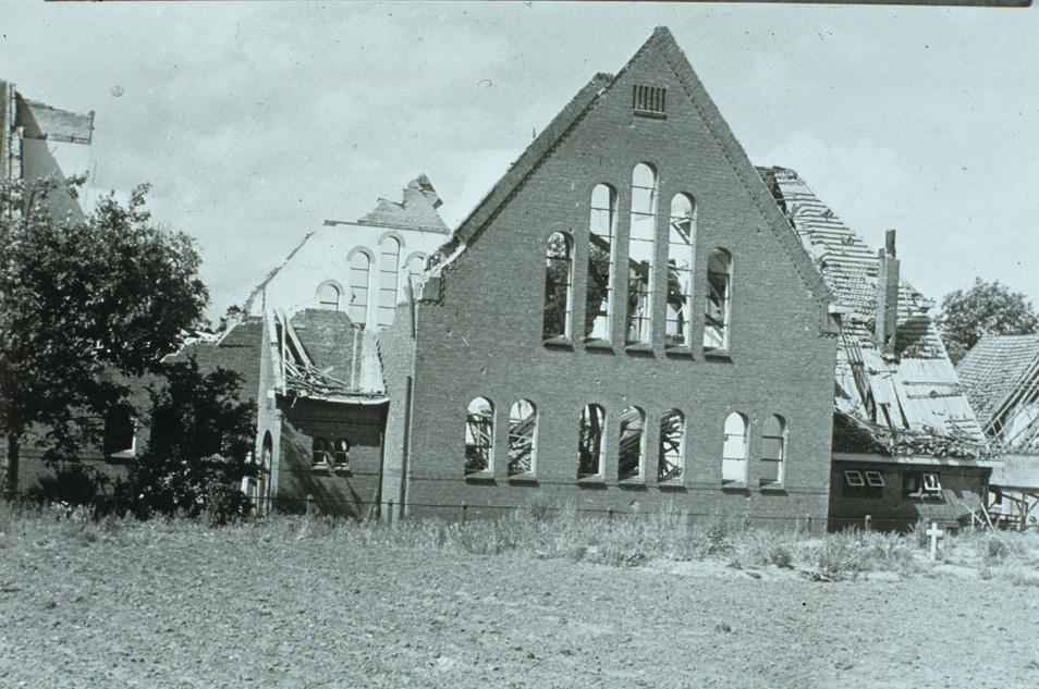 Vanuit het zelfde standpunt, op de akker, gelegen aan de Van Toulon van der Koogweg, ten zuiden van de kerk, na de verwoesting in WOII.