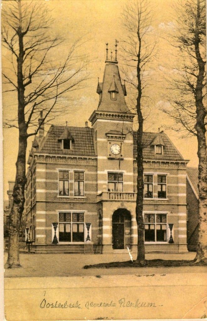 Het voormalige gemeentehuis op de oosthoek van de Utrechtseweg/ Jan van Embdenweg