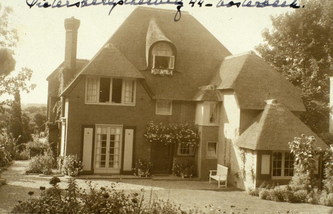 """Villa """"Roestenburg"""", huis van de familie Kristensen in de jaren""""""""30 van de twintigste eeuw. Gebouwd door de rozenkweker Teeuwsen."""