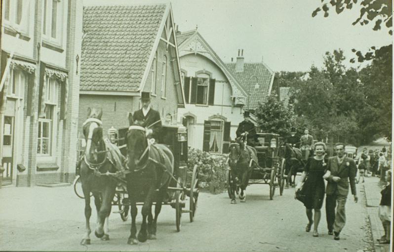 """Wilhelminastraat voor de Coöperatie Werknemersbelang. Op de achtergrond de villa """"Vrede""""."""