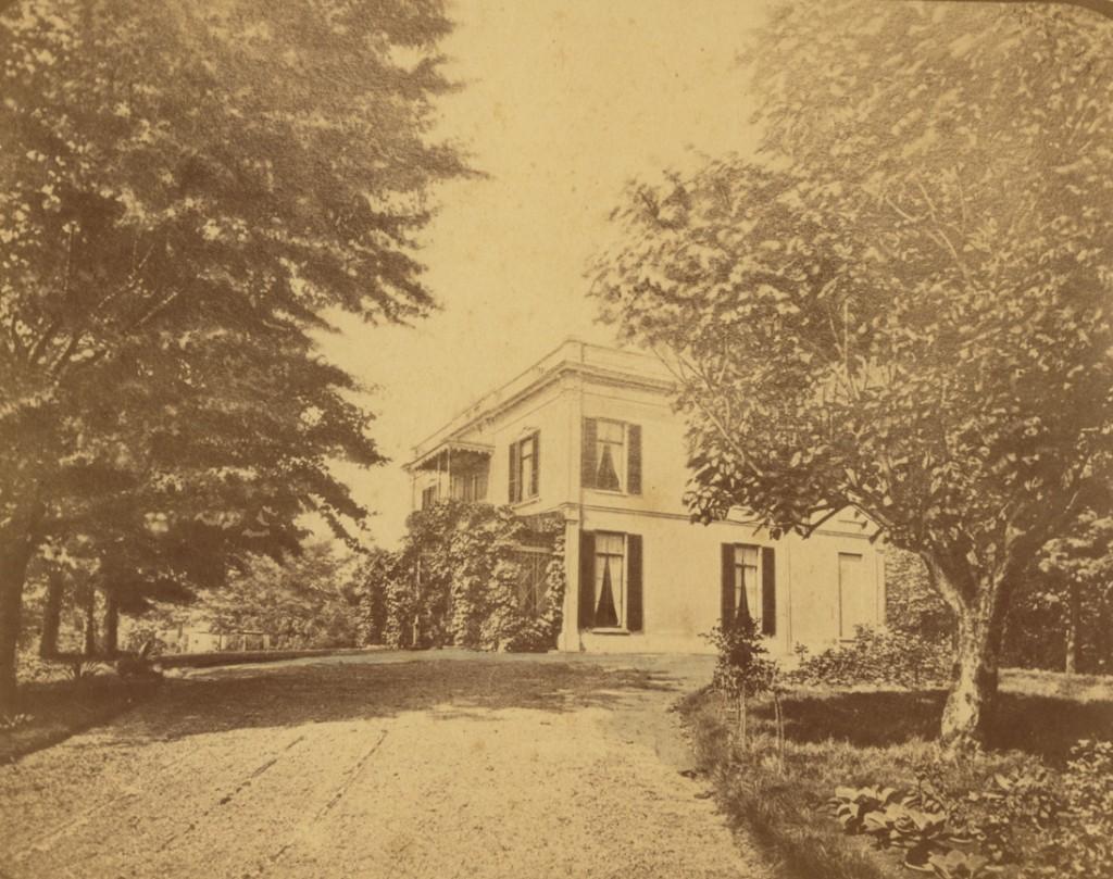 """Het huis """"De Dennenkamp"""" ten tijde van de bewoning door J. Lebret."""