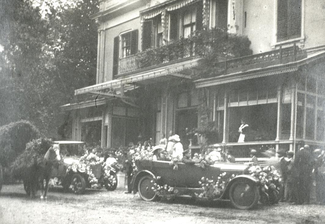 """Het huis """"Heuveloord"""" aan de Emmastraat waarnaar de huidige Heuveloordweg is genoemd. Het lag tussen de huidige Beatrixweg en  Heuveloordweg."""