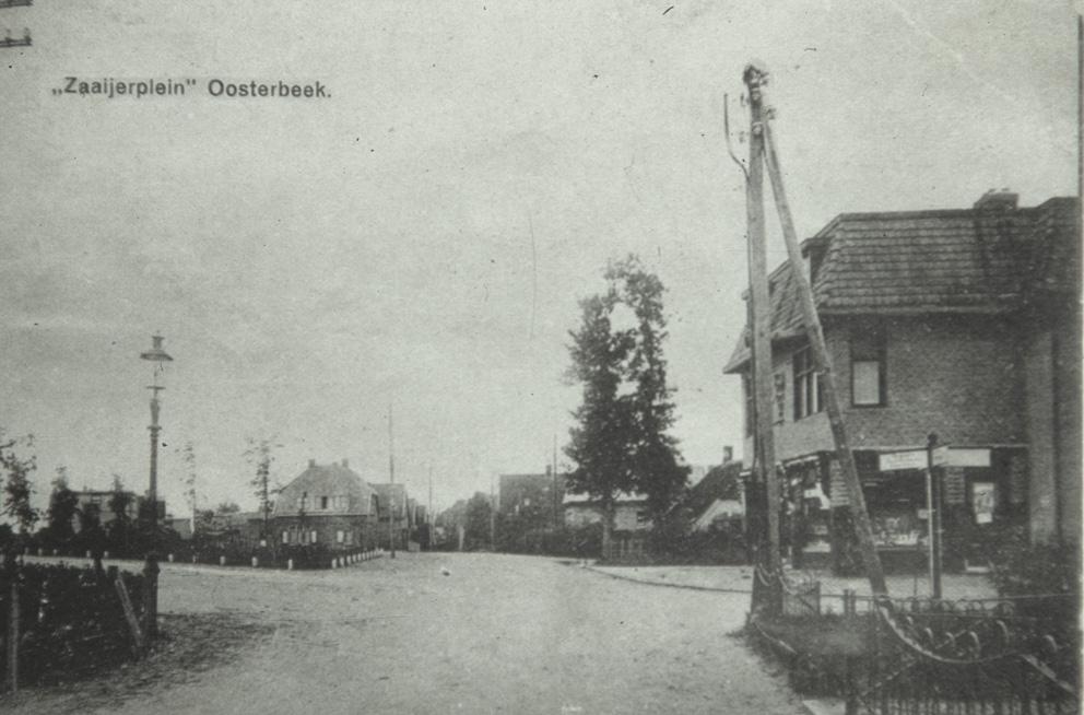 Zaaijerplein met rechts de Dennekampweg. Rechts achter twee bomen het boerderijtje van de familie Berendsen.