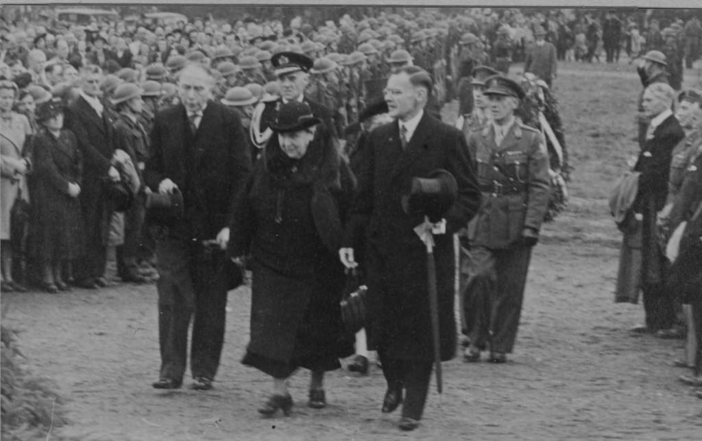 Links burgemeester Talsma, in het midden koningin Wilhelmina en rechts commissaris van de koningin in Gelderland Quarles van Ufford bij de onthulling van het Airborne-monument aan de Hartensteinlaan in 1946.