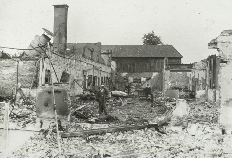 De op 10 juli 1927 verwoeste meubelfabriek LOV