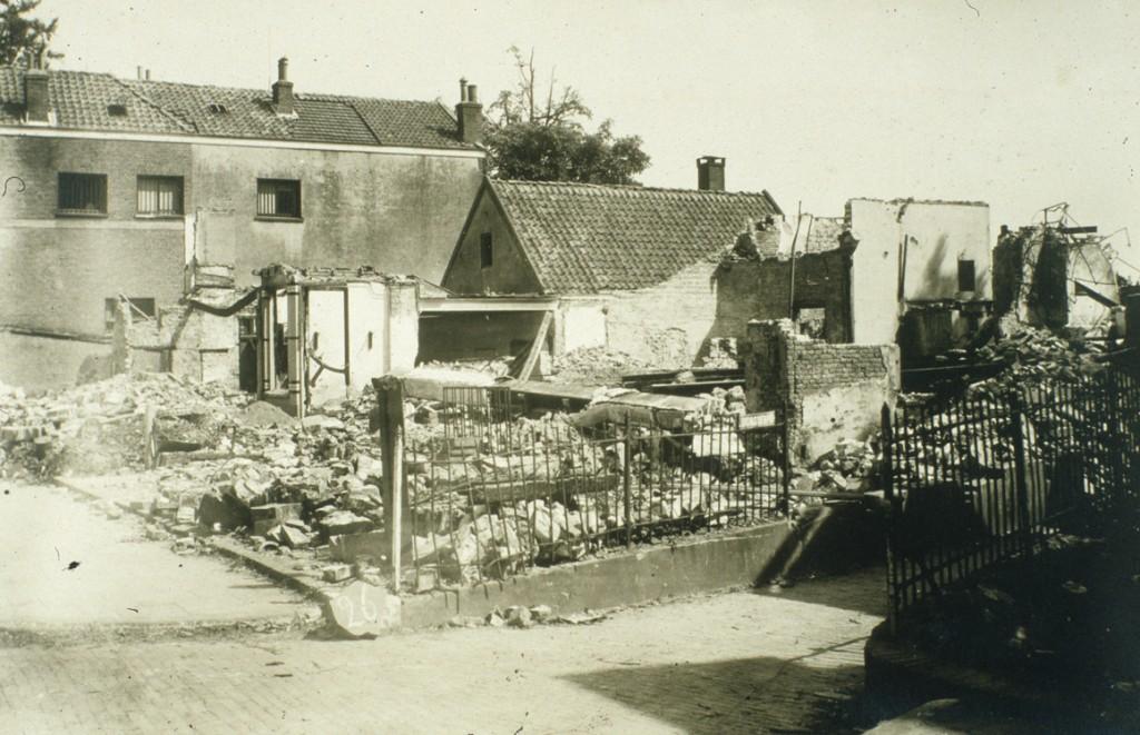 Het in 1944 verwoeste Burgerlust. Rechts de doorgang van het Lukassenpad.