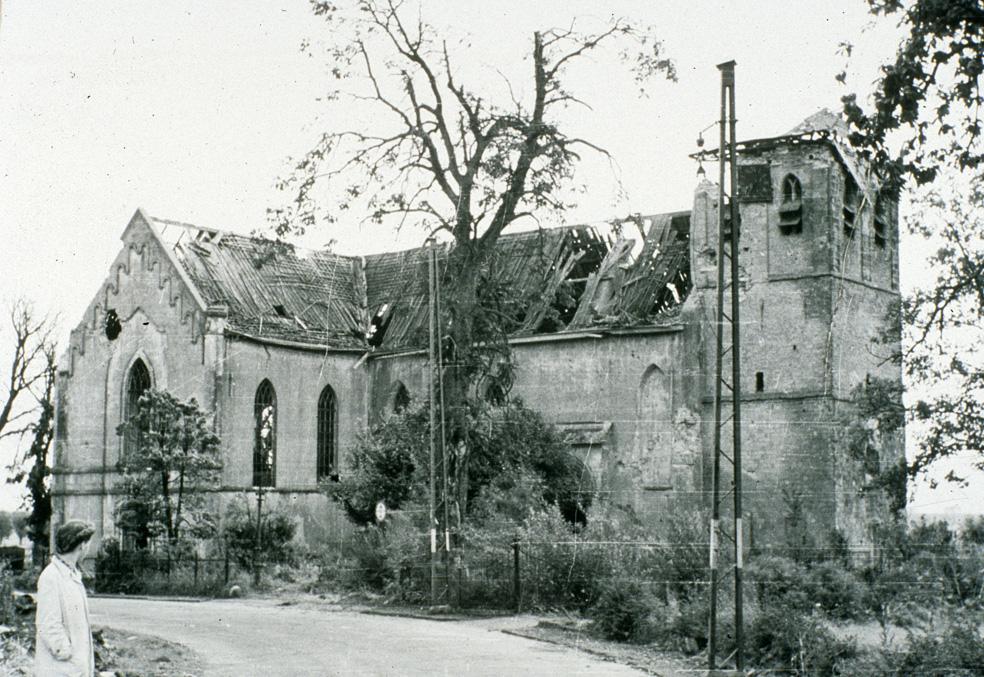 De zwaar beschadigde Oude Kerk na WOII.