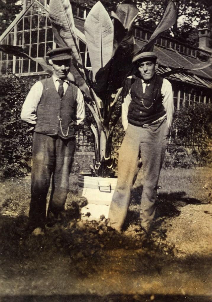 Twee tuinlieden van de Dennenkamp voor de kas.
