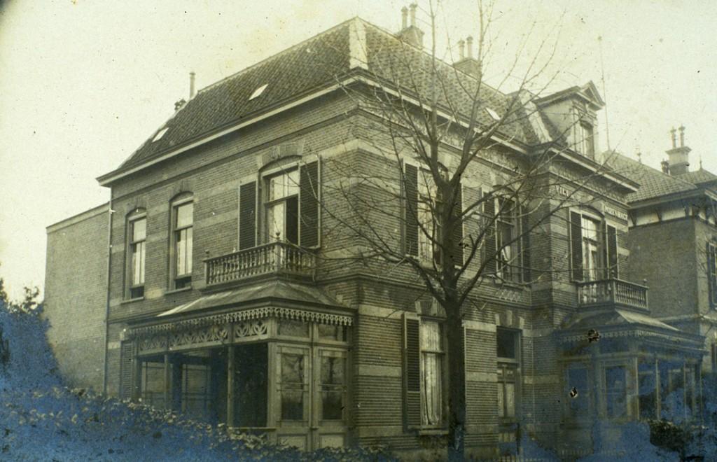 """De villa """"Rozenhage"""" vanuit het noord- westen bezien.."""