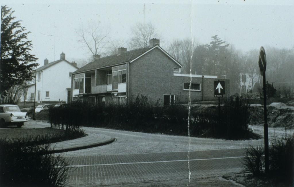 Van Deldenpad rond 1967 na de bouw van nummer 5-7 met ervoor het braakliggende terrein waar in 1971 het huis op Van Deldenpad 3 zou verschijnen. Op het braakliggende terrein stond tot kort daarvoor het pand waarin ooit de stalhouderij van J. Ploeg gevestigd was.