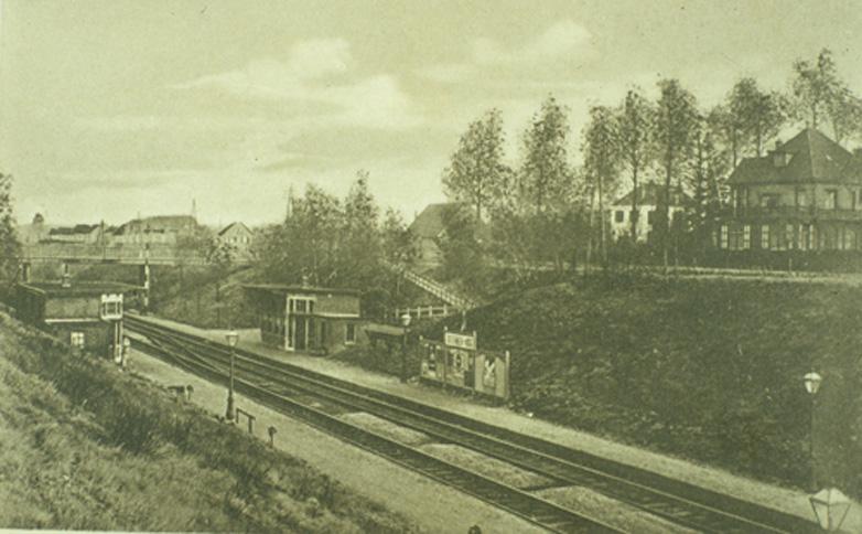 Station Oosterbeek- Hoog gezien in zuid-oostelijke richting. Op de achtergrond de Parallelweg, nabij de Stationsweg.