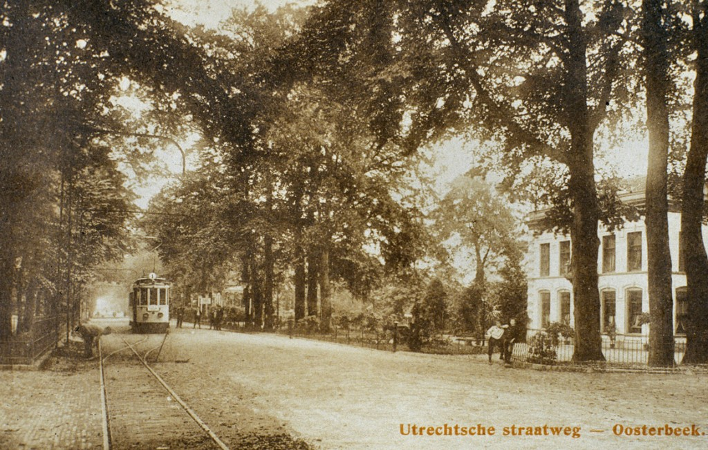 """Hotel """"Schoonoord"""", rechts, nog zonder de oostelijke aanbouw, in de tijd van Theo Janssen. Ook hier weer rechts op de achtergrond rechts van de tram de duiding van de praktijk van de arts Adriani."""