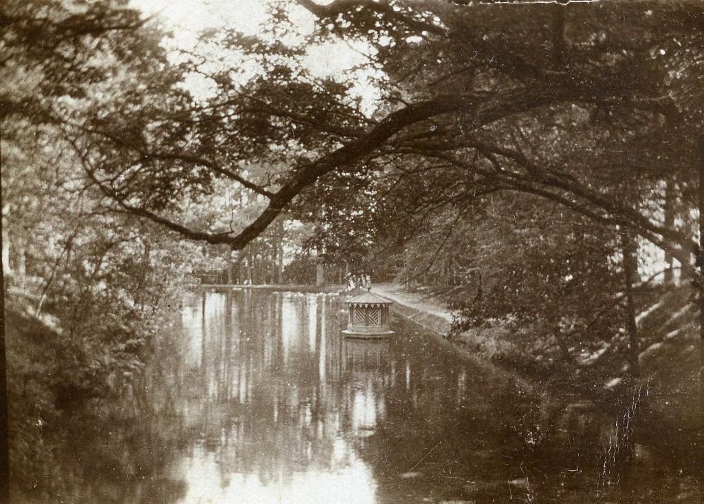 """De Eendjesvijver, een foto genomen vanaf het bruggetje boven de Sprengkop in """"De Hel"""" in zuidelijke richting."""