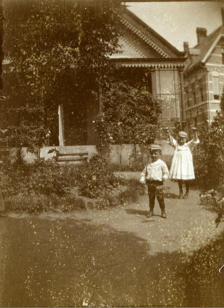 In de tuin van Maria Hove. Foto rond 1910. Rechts het in 1904 gebouwde postkantoor.