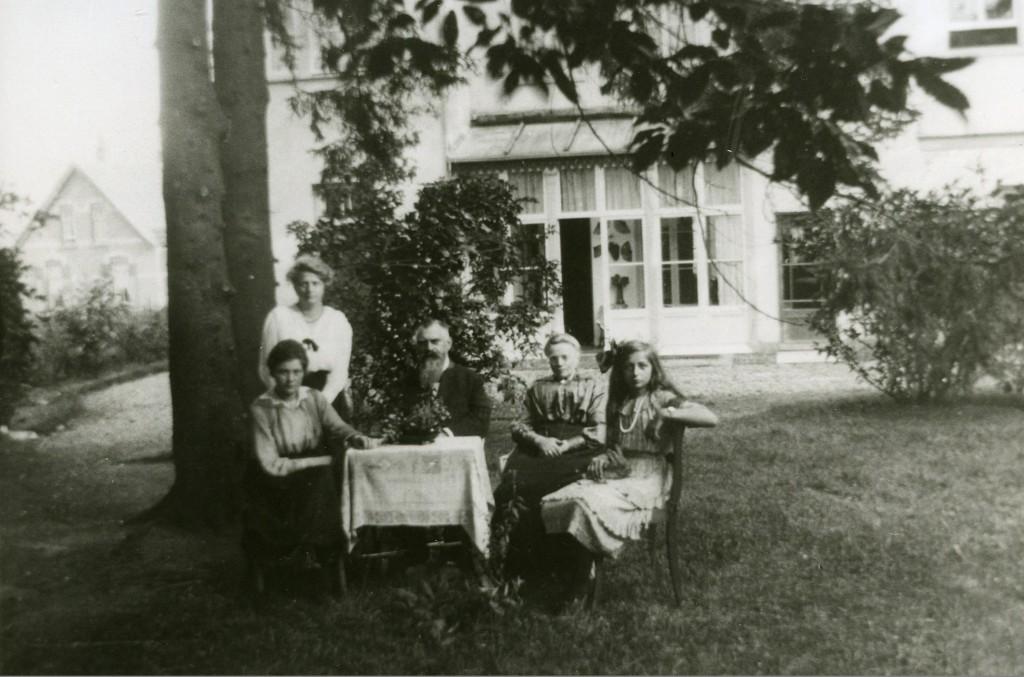 """De familie Van der Molen in de tuin van de burgemeesterswoning """"Heuveloord"""" aan de Emmastraat."""