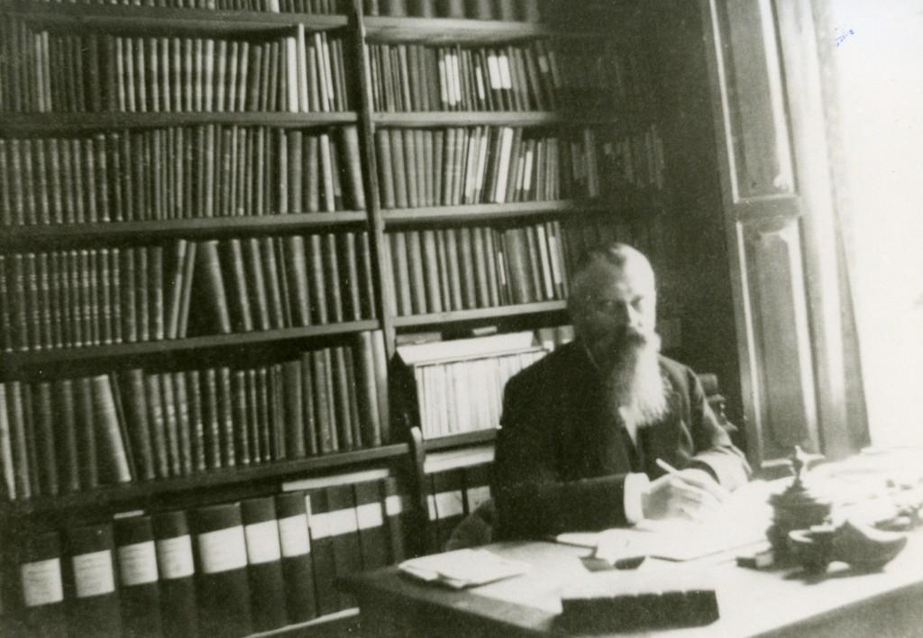 Jan van der Molen op zijn werkkamer.
