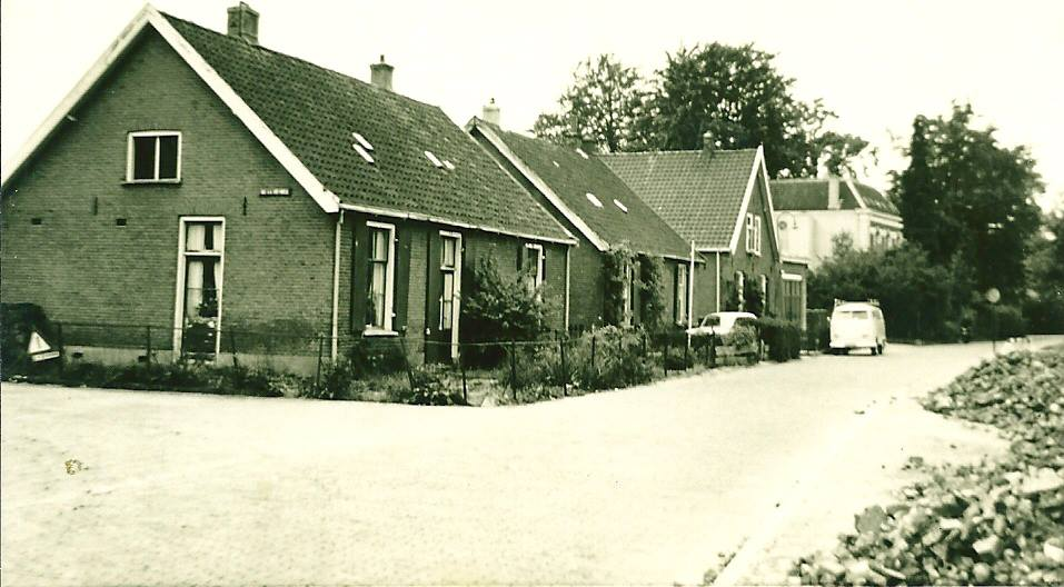 Op de plek van de huidige Nassauweg 3a-7 stonden tot 1968 deze huisjes. Op de achtergrond de villa op Utrechtseweg 181.