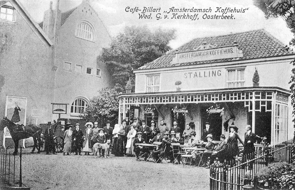 In lang vervlogen tijden stond op deze plek de herberg Het Kromhout. Het Amsterdams Koffiehuis, in de laatste decennia van de negentiende eeuw, gebouwd en gedreven door de Amsterdamse aannemer Zuiderhoek. Op deze afbeelding, met kleinkind op de arm, de weduwe Van Kerkhoff als exploitante.