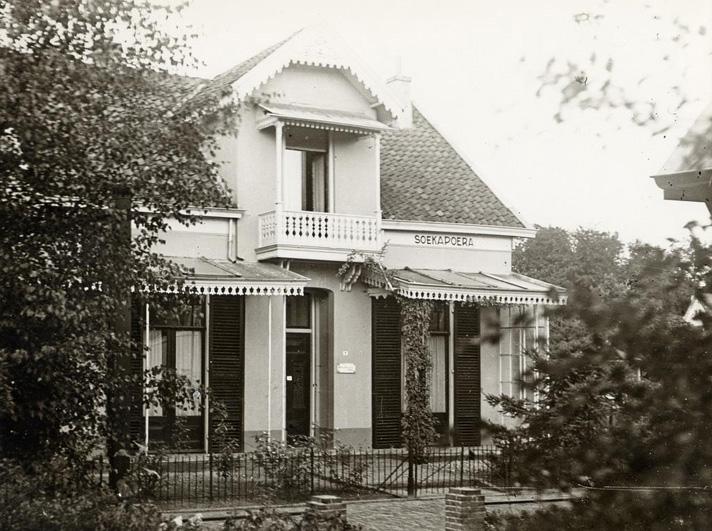 """Huis """"Soekapoera, verwoest in WOII, aan de Annastraat 5. Op deze plek, westzijde van de Annastraat, staat nu een tweeslag."""