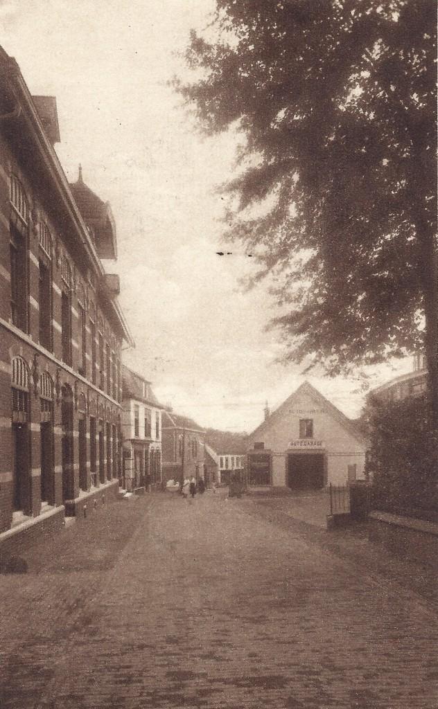 """Ter hoogte van het Lukassenpad zien we links het postkantoor en rechts """"Maria Hove"""" waarin rond 1920 C.A. Bakker zijn autobedrijf had."""