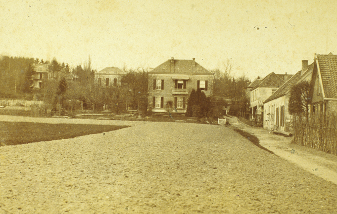 """De Bildersweg met op de achtergrond van links naar rechts, huize """"de Pietersberg"""", """"Rijnheuvel"""", Beau Séjour"""", en bebouwing aan de Bildersweg."""